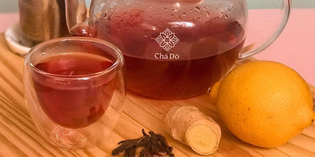 Chá verde com gengibre, hibisco e casca de limão